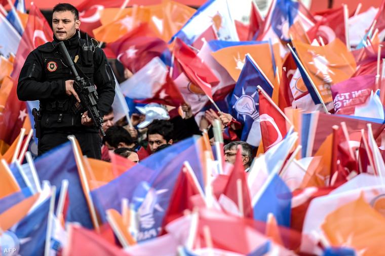 Fegyveres vigyáz a rendre egy AKP-szimpatizáns tüntetésen 2015. október 26-án Isztambulban.