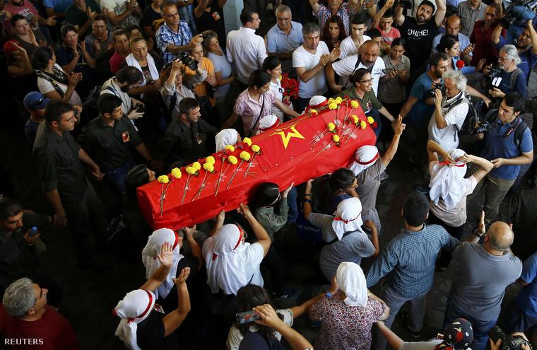 Egy Isztambul mellett lelőtt szélsőbaloldali aktivista koporsóját viszik társai, 2015. júliusában.