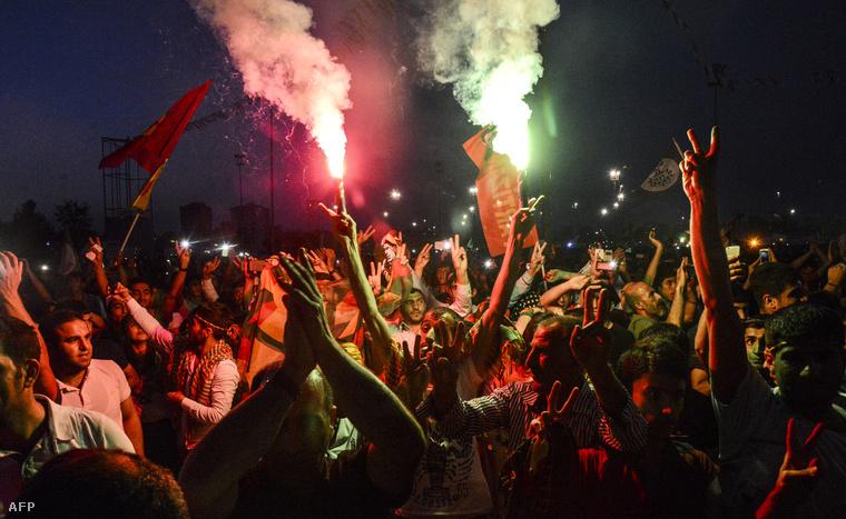 Kurdok ünneplik a Népi Demokratikus Párt (HDP) bejutását a török törvényhozásba 2015. júliusában.