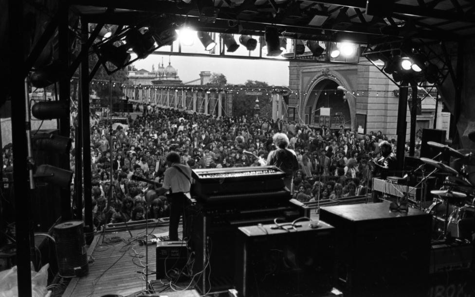 """Amikor az Ifpark főleg hard rock-szentély lett, a legkomolyabb közönséget a három """"Fekete bárány"""", a Beatrice, a P.Mobil, és a Hobo Blues Band hozta be, az abszolút nézőcsúcs egy Piramis koncerten volt, 10 ezren szuszakolódtak be), de nem sokkal később jött már az Edda is. Az ő egyik 1980-as koncertjükön történt a baleset, ami miatt aztán egy évre be is zárták az Ifjúsági Parkot: 20 méteres magasságból az utcára dőlt egy rámpa, öten megsérültek. Hogy ne legyen még nagyobb balhé és káosz, folytatták a koncertet, a regényes visszaemlékezések szerint a hangszerek egyenként hallgattak el, mind Haydn búcsúszimfóniájában. Legutoljára a billentyűs fejezte be a játékot."""
