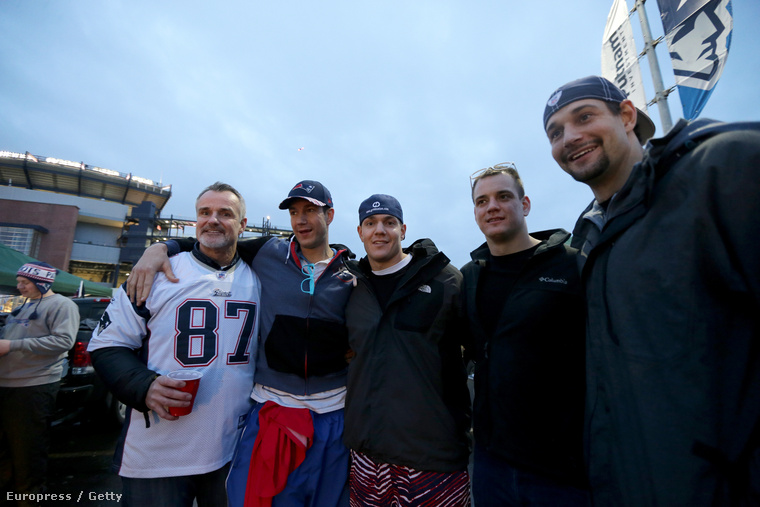Az öt Gronkowski: az apa Gordy, illetve Gordie Jr., Chris, Glenn és Dan a Patriots egyik mérkőzésén
