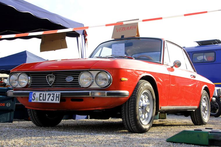 Ez a patika 1973-as Lancia Fulvia nem a piactéren állt, hanem a standok közt. Ha nem láttam volna Szabó Gyurka barátom frissen restaurált Fulviáját, azt mondtam volna, gyönyörű, de Gyuri nagyon magasra tette a lécet. Szóval, szép ez is, és 8500 Euróért, friss vizsgával, nem is túl drága