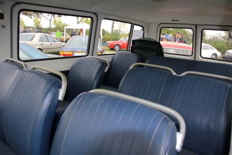 ... hogy a francia iskolabuszként szolgáló, 12 személyes busz karburátora, még viszonylag fiatalon kigyulladt. Ezután a sofőr vette meg, majd tárolta egy fészerben, most pedig bárki megveheti - 15 ezer euróért