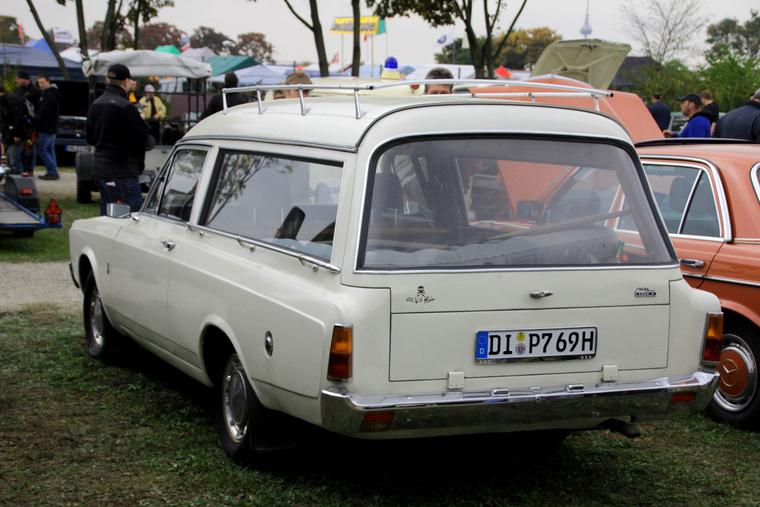 Még egy különleges Ford, egy Taunus pompakocsi, ráadásul fehérben. Sokan ódzkodnak a halottas kocsiktól, de kitűnő kempingautók - ebben is ott figyel a felfújhatós matrac. Oké, aki fél a szellemektől, ne ilyenben induljon világkörüli útra
