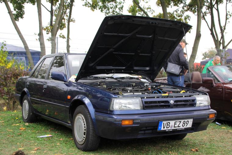 Ez a Nissan Bluebird volt az egyik legolcsóbb autó a placcon, de istenbizony, nagyon rákívántam. 1800 euróért egy télen sosem használt, 2012-ig egygazdás, 189 ezer kilométerrel szinte még bejáratós autót vehet magának az ember. Ráadásul történelmi típus, ezekkel az Angliában összeszerelt Bluebirdökkel kezdett nagyon kaszálni a Nissan európában
