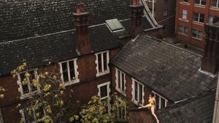 Négy órán át ült pucéran egy nő a tetőn