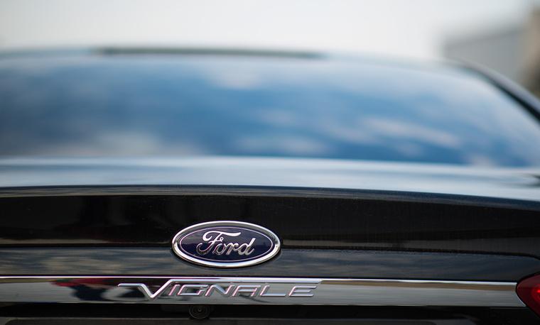 Én mondjuk legalább az eredeti Vignale-tipográfiát megtartottam volna. Vagy olyan betűket használok, amik illenek a Ford fontokhoz. Vagy valami.