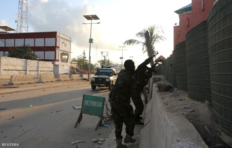 Szomáliai katonák a megtámadott hotel előtt