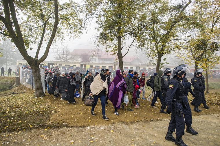 Menekültek az osztrák-szlovén határon Sentiljnél