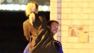 Chris Martin megint parádézott a nőjével