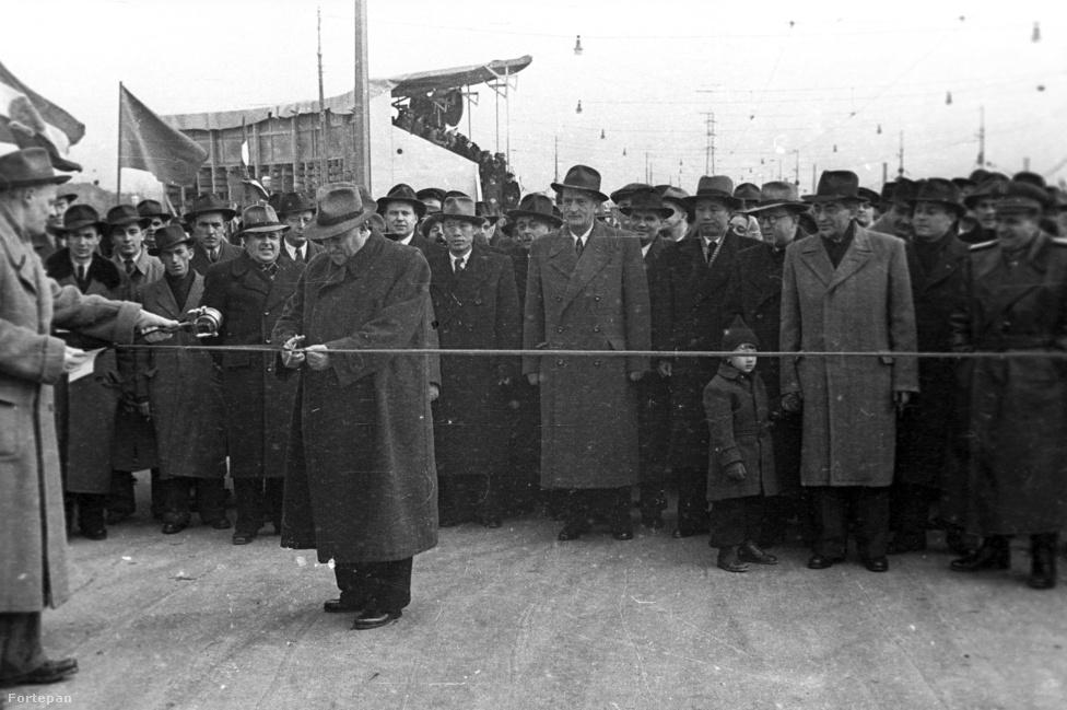 A szalagot átvágó elvtárs nem Rákosi Mátyás, hanem Bebrits Lajos közlekedés- és postaügyi miniszter (kalapban épp úgy hasonlítanak egymásra, mint két tojás), aki ünnepélyesen megnyitja a Sztálin hidat. Valószínűleg eszükbe sem jut, hogy hat évvel később már nem így fogják hívni: 1956-ban felvette az eredetileg tervezett nevét, így lett belőle Árpád.