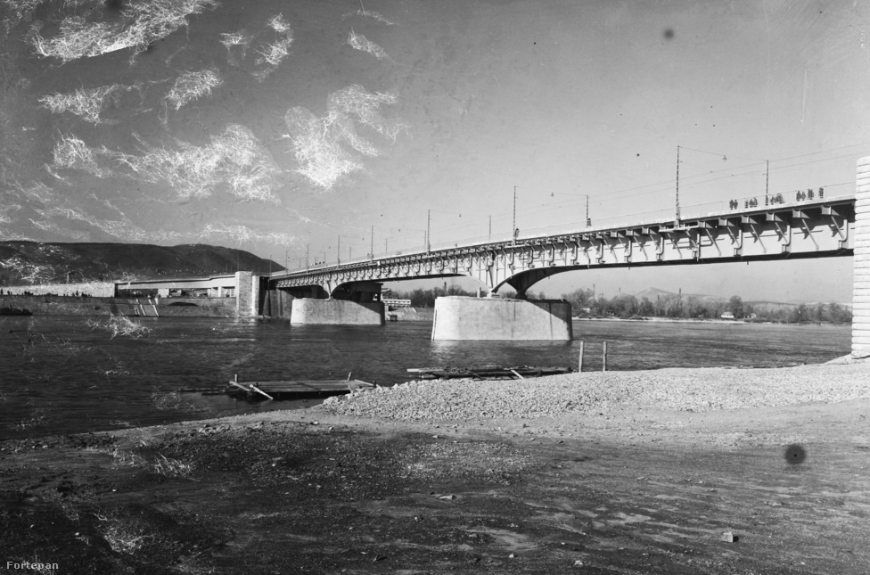 Ez a hely látszólag adja magát a hídépítésre, hiszen itt szigetcsúcsok érintésével lehet összekötni a két partot. A látszat azonban csal, a Duna itt ugyanis igen széles: míg mondjuk a Szabadság híd hossza kevesebb mint 333 méter, az Árpádé több mint 900, vagyis majdnem a háromszorosa (no persze nem az egész esik a víz fölé). Ennek ellenére már a rómaiak is itt kötötték össze Aquincumot a pesti oldal erődjével. A régi híd nyomtalanul eltűnt, s jó pár évszázadnak kellett eltelnie, míg végül 1903-ban döntöttek egy új építéséről.