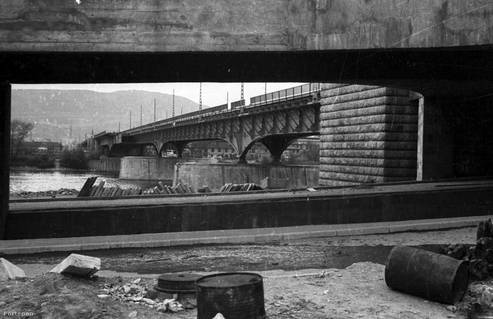 A munkának 1948-ban, a háború után láttak megint neki. Akkoriban a fő cél az volt, hogy minél gyorsabban, minél olcsóbban teremtsenek kapcsolatot a két part között. Így lett az eredetileg 27,6 méter szélesre tervezett híd jóval karcsúbb, mindössze 13 méteres.