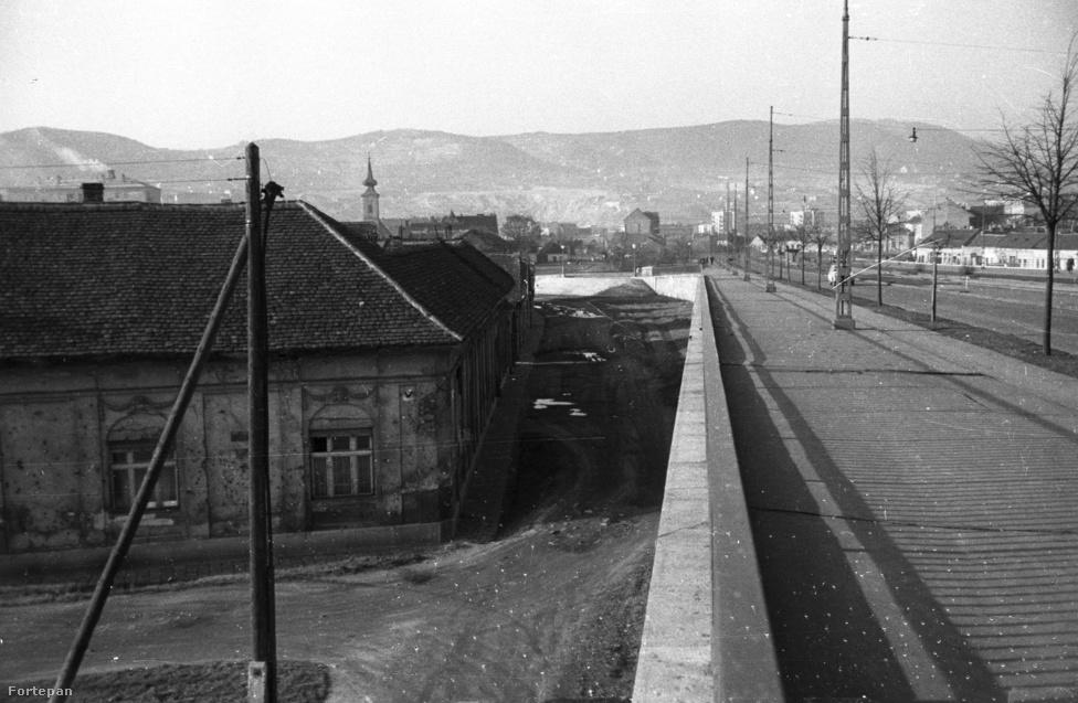 1960-ban még nem rombolták le teljesen a régi, kisvárosi hangulatú Óbudát, melyből mára csak két, lakótelepekkel ölelt zárvány maradt. A hídnak ez a rövid szakasza még az eredeti, 1929-es tervek szerinti szélességben készült el, s messze megelőzve korát, kerékpárút is volt rajta. Igaz, megvalósult formájában teljesen használhatatlan volt, hiszen a hídnak csak egy rövid szakaszán volt meg.