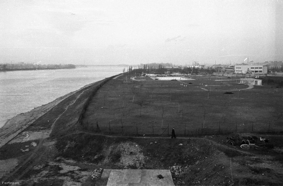 Tíz évvel később a város terjeszkedése még mindig alig haladt túl a hídon. Hiányzik a Marina-lakótelep, az előtérben még lomok éktelenkednek, s a Dagály-strand fái (melyek többségét idén vágták ki) ekkor még csak csemeték.