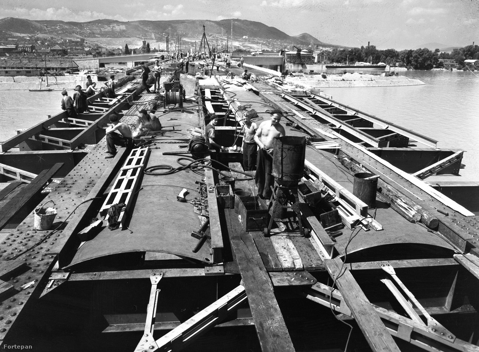 Ahogy az lenni szokott mifelénk, az építés nem ment egyik napról a másikra. Csak 1929-ben írták ki a pályázatot, és 1939-ben kezdték el a munkát. 1945-re ugyan már megvoltak a hídfők, a margitszigeti lehajtó és a híd acélszerkezetének majd 250 méteres szakasza, de annyira szerencsére nem volt kész, hogy fontos legyen felrobbantani a németeknek.