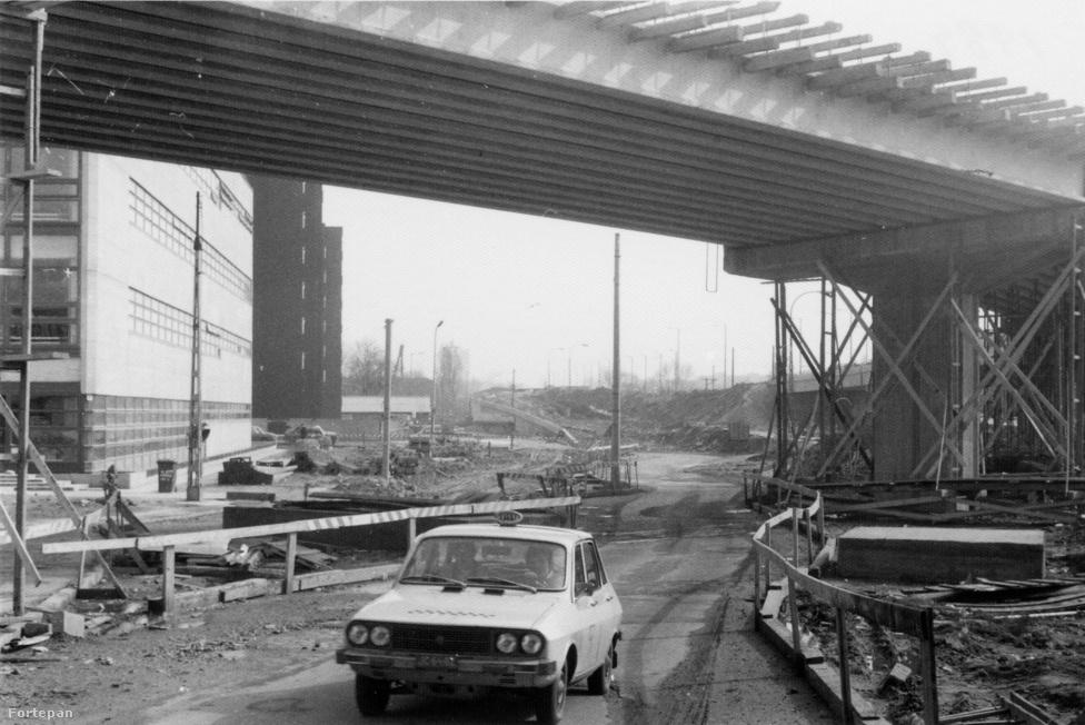 Ha nem 1984-ben, hanem most menne itt ez a Dacia, simán látnánk az Index konyhaablakából, ez ugyanis a Flórián téren van. Ebben az évben fejeztek be a híd bővítését: a régi híd mellé tulajdonképpen két új hidat építettek. A középsőn jár az egyes villamos, tőle délre és északra az autók. A bővítést természetesen szintén november 7-én adták át, éppen 31 éve.