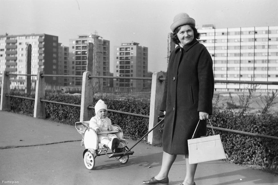 """Ennek az 1965-ös képnek különösen örülök, hogy bekerülhetett a válogatásba az Árpád híd apropóján (a pesti """"felvezető szakasz"""" járdáján készült), ugyanis én még életemben nem láttam kétekerekű babakocsit. Nekem és az anyukának nagyon tetszik, a gyereknek úgy tűnik, kevésbé."""