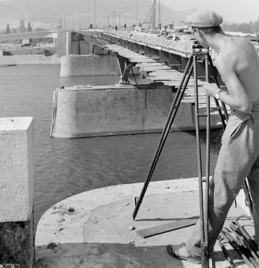 Ez a kép nem csak azért nagyszerű, mert baromi jól néz ki a geodéta szerelése a karórától a szandálig, hanem mert látszik mennyivel keskenyebb lett végül a Sztálin híd annál, amilyen az eredeti Árpád lett volna.
