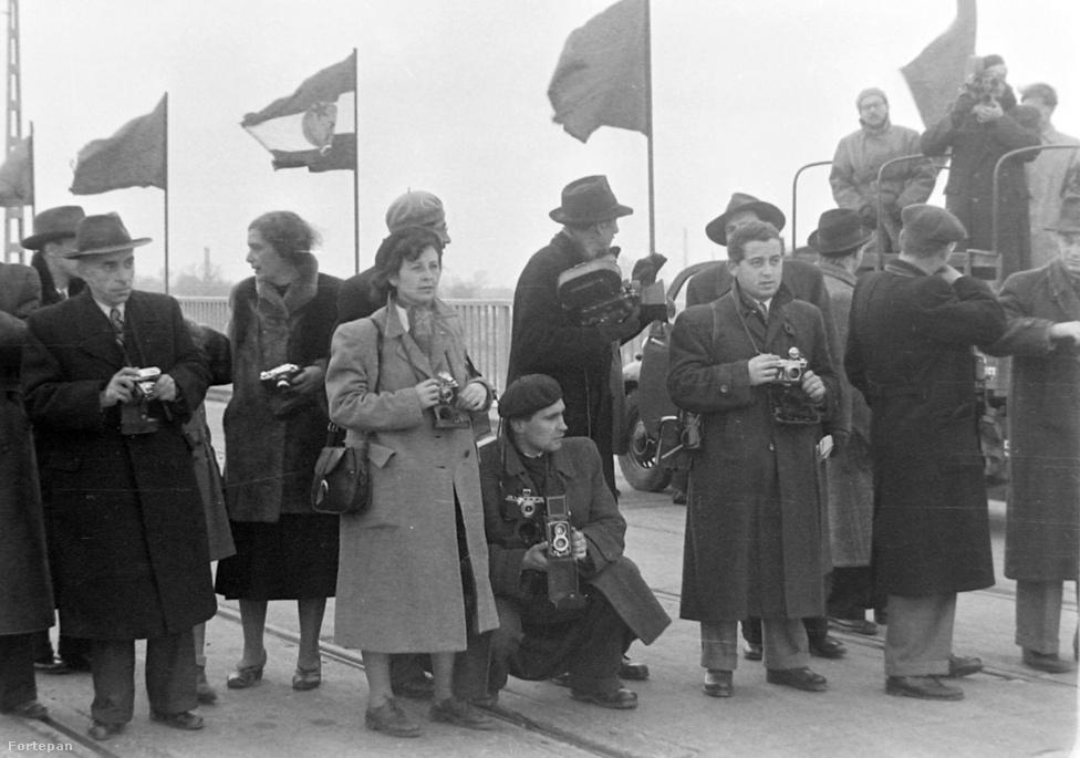 1950. november 7-én hatalmas ünnepség keretében adták át a kissé sovány, de mégiscsak tökéletesen működő hidat. Természetesen ott volt a sajtó is: fényképészek és filmesek hada.