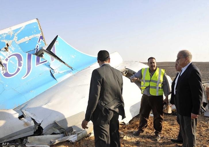 Az egyiptomi miniszterelnöknek mutatják a gép roncsainak egy darabját a tragédia helyszínén