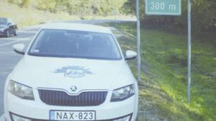Valaki olyan bátor volt, hogy ellopta ezt a rendőrautót imitáló táblát