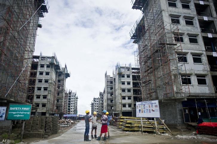 Mianmari munkások dolgoznak alacsony költségvetésű hoteleken Rangun külvárosában, 2015. októberében.