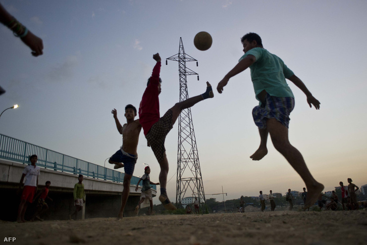 Mianmari fiatalok fociznak Rangun külvárosában.