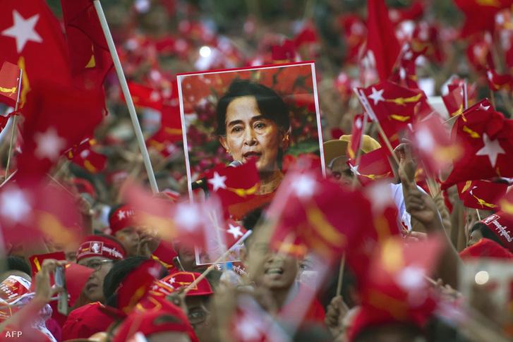 Aung Szán Szun Csi mellett szimpatizálnak a tömegek egy összejövetele a közelgő novemberi választások előtt Rangunban.