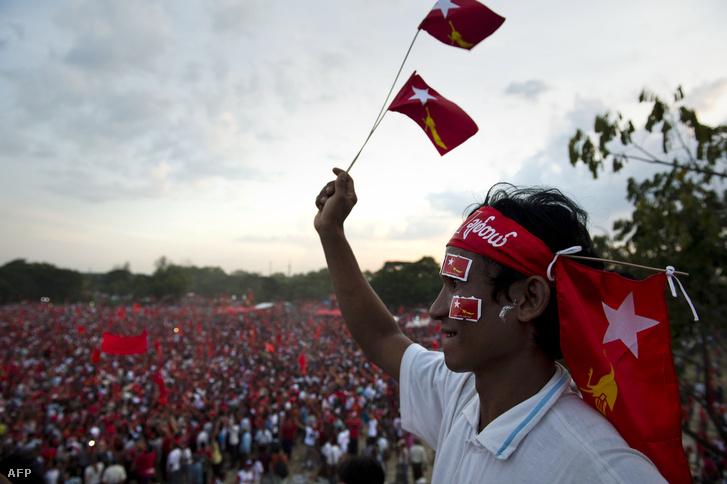 NLD szimpatizánsok egy választások előtti kampányrendezvényen.