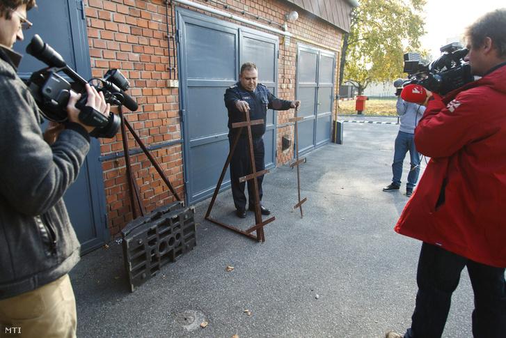 Horváth László, a ZMRFK kiemelt balesetmegelőzési főelőadója egy ellopott, rendőrautót formázó tábla megmaradt vasszerkezetét mutatja a Zala Megyei Rendőr-főkapitányság (ZMRFK) sajtótájékoztatóján Zalaegerszegen 2015. november 2-án.