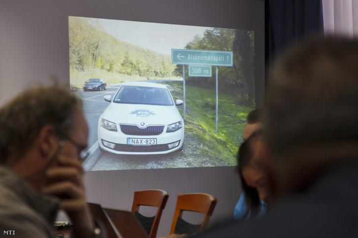 Rendőrautót formázó tábla látható kivetítőn a Zala Megyei Rendőr-főkapitányság sajtótájékoztatóján.
