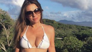 Elizabeth Hurley 50 éves, és büszke rá, hogy jól áll rajta a bikini