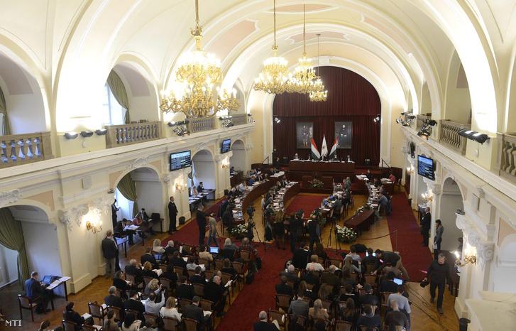 A Fővárosi Közgyűlés tagjai a testület ülésén a Városházán 2015. október 28-án.