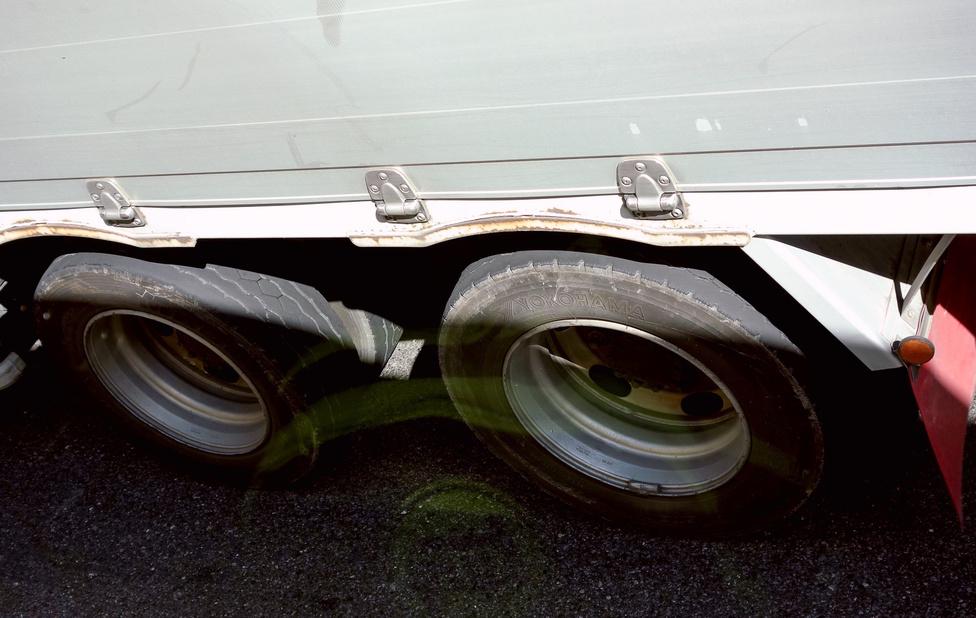 Lehet, hogy óriási a rend, de azért itt is van elhanyagolt autó, ha ritka is. Ezek itt egy teherautó hátsó gumijai – ilyennel nálunk sem menne át egy kenetlen vizsgán