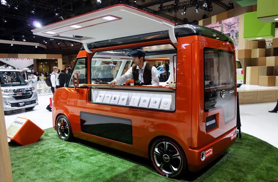 Tempo, de nem a harmincas évek háromkerekű szükségjárműve, hanem a Daihatsu kávézónak álcázott mini furgonja. Tetszik a Piaggio Apék ötlete, amikből mindenfelé ristrettót és lattét mérnek manapság a magyar kiállításokon, de egy ilyenből megkapni a Wiener Kaffeet nagy lövés lenne