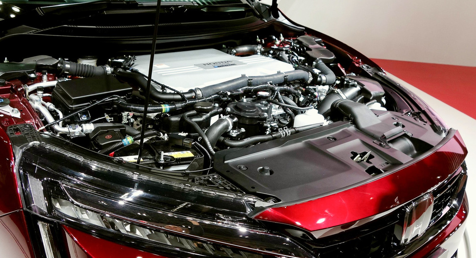 Clarity – ennyi a neve a Honda új tüzelőanyagcellás autójának. Szebb a Toyota Mirainál (viszont ez sem szép), de megvásárolni talán majd csak jövőre lehet. A nagy újdonság benne, hogy az egész tüzelőnyagcellás hóbelevancot betömték az orrába, ezért a Miraival ellentétben normális autó-utastere van öt, alacsony üléssel, s a csomagtartója is tágas, illetve a hátsó ülések lehajtásával bővíthető is. De hogy ebbe a gépészetbe ki fog örömmel belenyúlni, azt megnézem