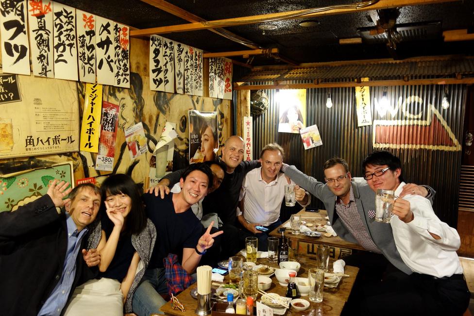 Aztán elvittem mindenkit vacsorázni Ueno egyik eldugott zugába, amit európai nem talál meg. Örök barátságok kötődtek a lávakövön sült tintahalak, Yebisu sörök és szakék hatása alatt. Még az sem rontott sokat a dolgon, hogy egy papírfal választott el bennünket a vécétől, hiszen: hol láttak éttermet Európában vagy Amerikában az elmúlt években, ahol bent lehetett cigizni?