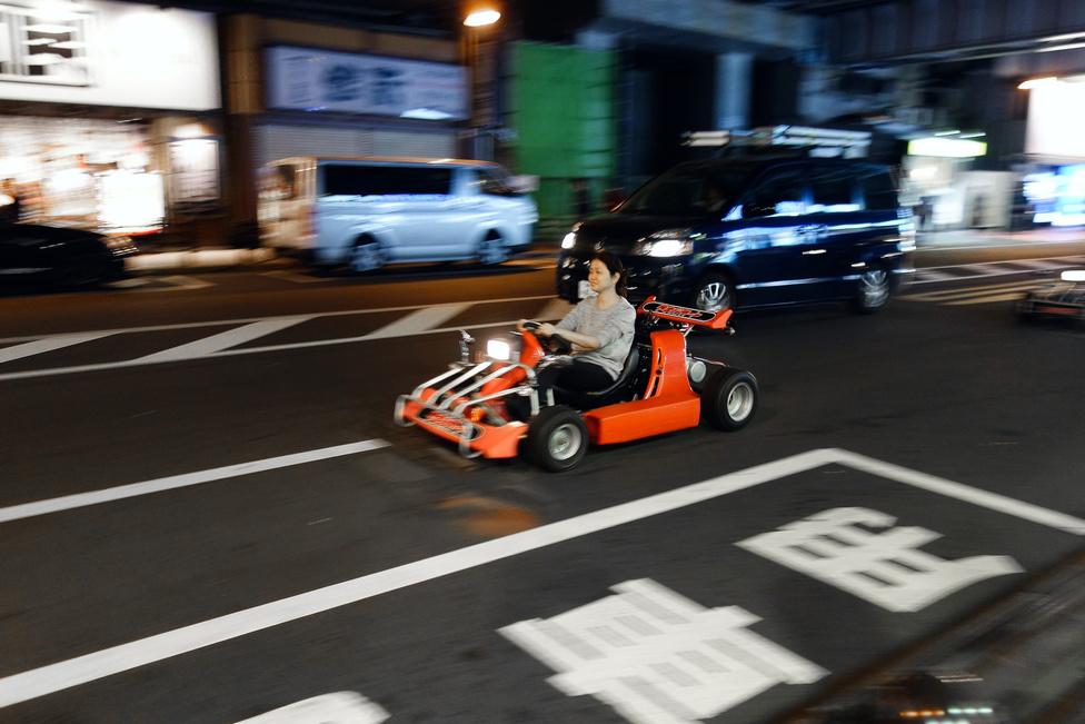 Ezek a gokartok a legváratlanabb pillanatokban fel-feltűnnek Tokió utcáin, úgy látszik, afféle városnéző érdekességként bérelhetők. Teljes joggal közlekednek, mert rendszámuk van - igen, az agyonszabályzott Japánban. Próbálna meg valaki egy ilyet forgalomba helyezni itthon…