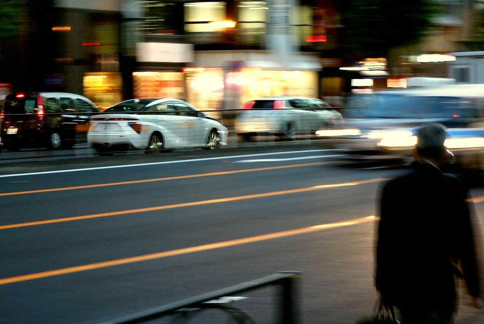 """A Mirai akkora újdonság, hogy alig három hete mennyei kivételezésnek éreztem, hogy vezethettem egyet Tannisban, hiszen a hivatalos bemutató csak egy héttel később jött. Erre mit látok? Az Aoyama-dórin (az Aoyama egy dimbes-dombos, drága kerület Tokióban, a """"dóri"""" a sugárút neve japánul) ott krúzol már egy fehér példány a forgalomban. Akkor ki a kivételezett?"""