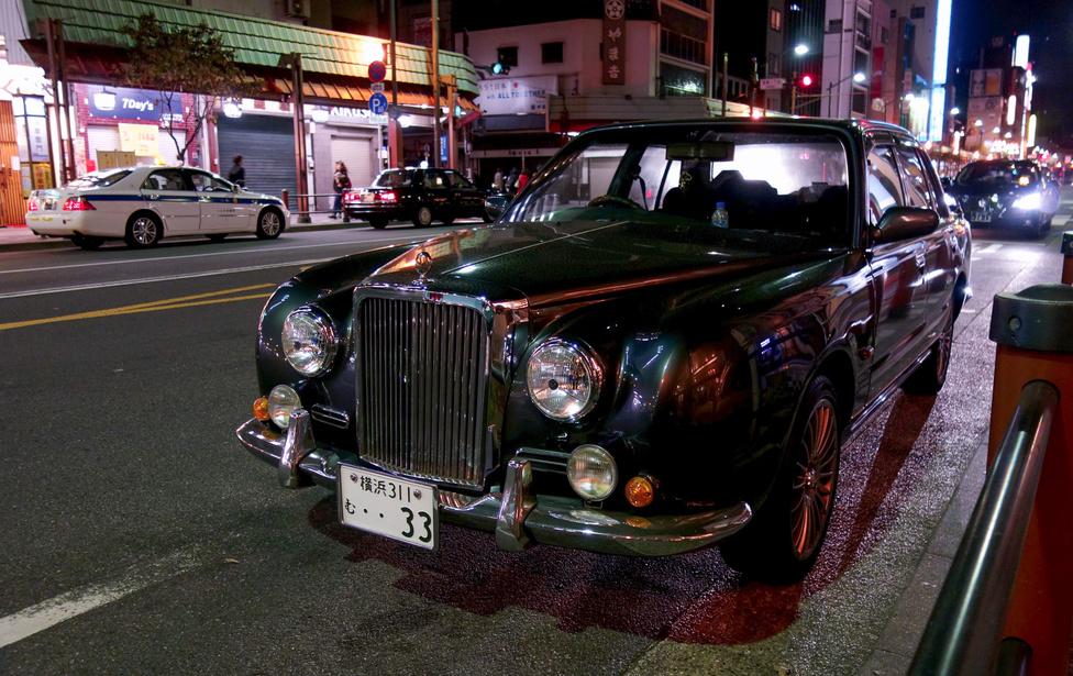 Hohó, egy igazi japán érdekesség, egy Mitsuoka, méghozzá a nagyobbik Galue típus, annak is az első sorozata a háromból. A régimódi Nissan Crew taxi alapjaira épül, amely amúgy meg régirégi Nissan Cedric-technika. Olcsónak nem olcsó, de az biztos, hogy a Bentley R maszkkal kitűnik a forgalomból
