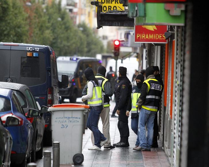 Rendőrök tartoztattak le 3 férfit Madridban 2015. november 3-án, akiket terrorcselekmény előkészítésével vádolnak.