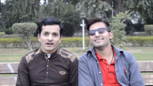 Most ön is láthatja, milyen arrogánsan ül Mudasir, akivel szakított a legjobb barátja, Asif