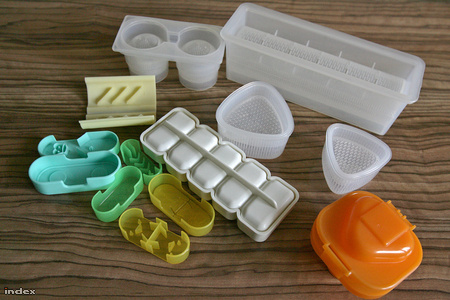 Színes műanyaggyűjtemény az ételformázáshoz: a fehérek rizshez valók, a kis színesek virslinyomók
