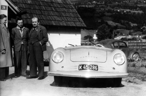 Ferry és Ferdinand Porsche az egyik első sportautójukkal a 356/1-gyel