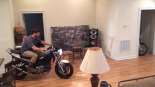 Kevésbé sikeres emberek: a fiú, aki a nappaliban motorozott