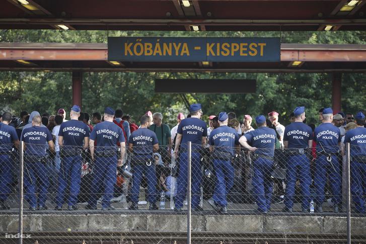 Menekülteket váró rendőrök