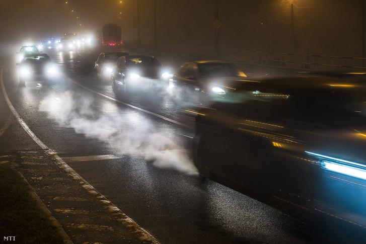 A szélcsend miatt több városban is tovább romlott a levegő minősége. Szmog Nyíregyházán a Debreceni utcában 2015. november 3-án.