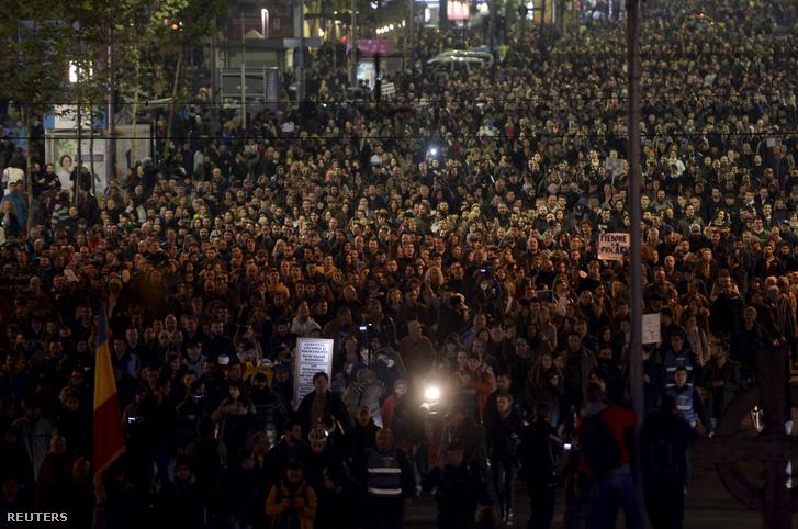 A koncerten történt tragédia után ezrek vonultak utcára Bukarestben a kormány lemondását követelve.