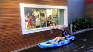 Ez a lány annyira szereti a sajtburgert, hogy kajakkal ment érte a McDrive-ba